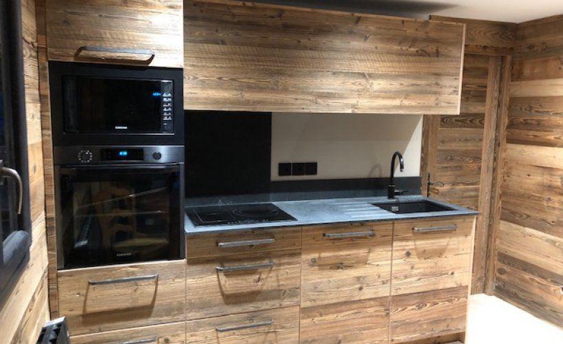 Actualité Baima : Réalisation d'une cuisine en vieux bois et granit noir