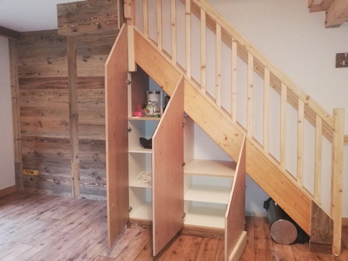 Agencement placard sous escalier en vieux bois