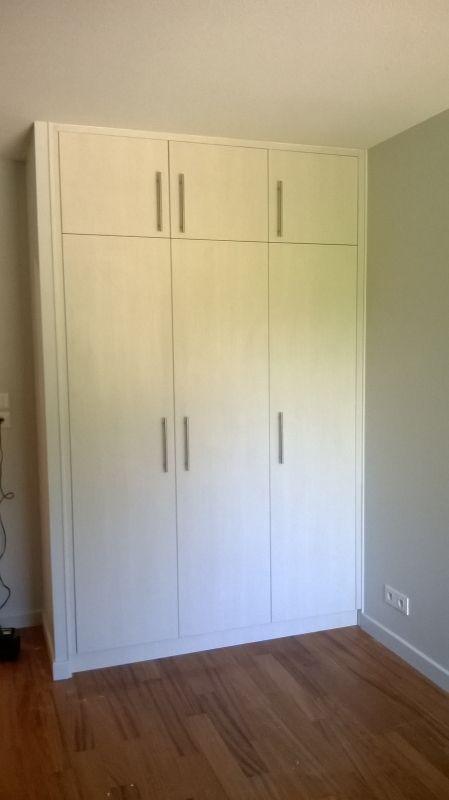 Aménagement de placard penderie portes ouvrantes